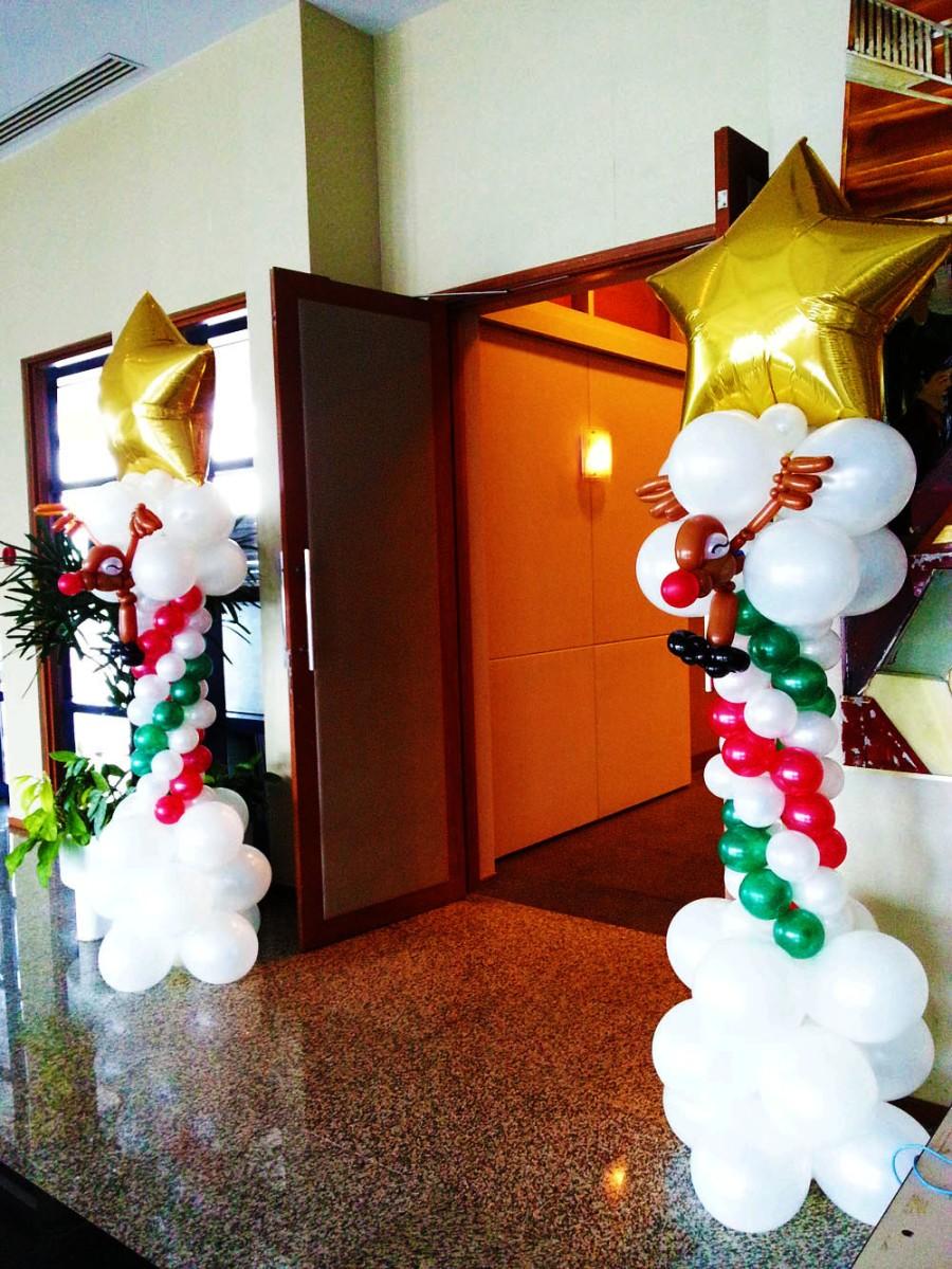 Balloon reindeer christmas column decoration with star for Water balloon christmas decorations