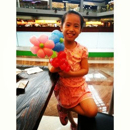 Haha, this girl was really happy when she got a balloon, maybe it's her first time getting a balloon from me.