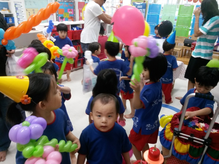 Haha, all the happy kids. And that one with the blur face is so cute!