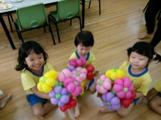 Balloon flower bouquet balloon sculptures for 3 little girls