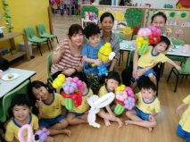 Ouji doing balloon sculpting for kids for a birthday party at a childcare in Singapore