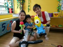 Ouji doing balloon sculpting for the birthday boy and the mum!
