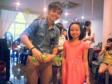Ouji doing balloons for a girl for a birthday party in Singapore