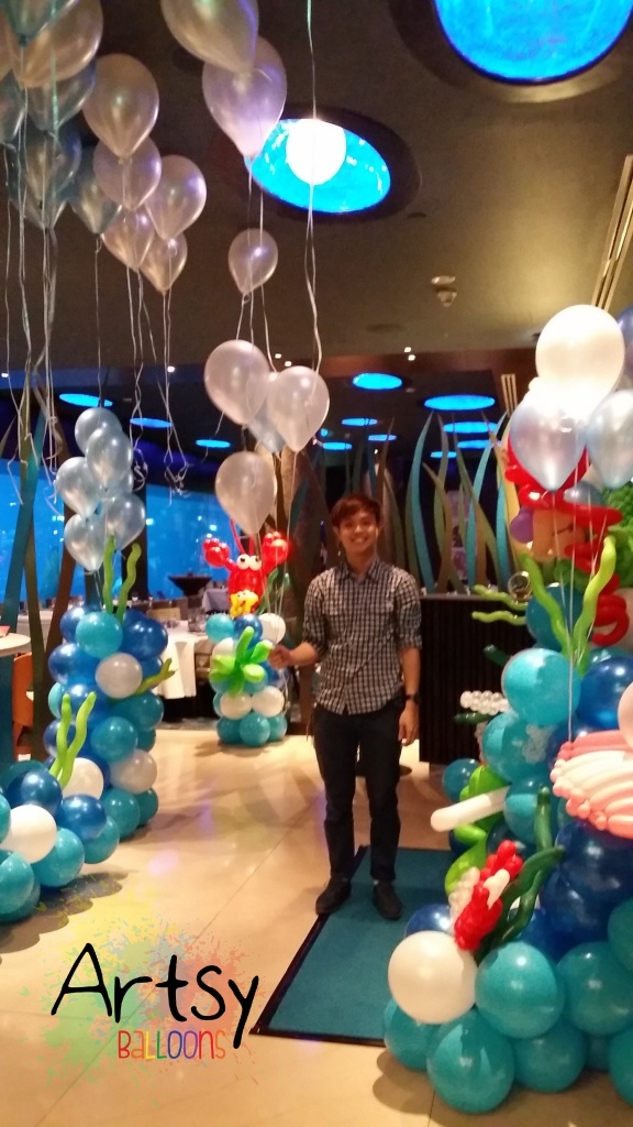 Ouji holding helium balloons