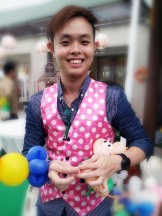Ouji balloon artist in pink vest