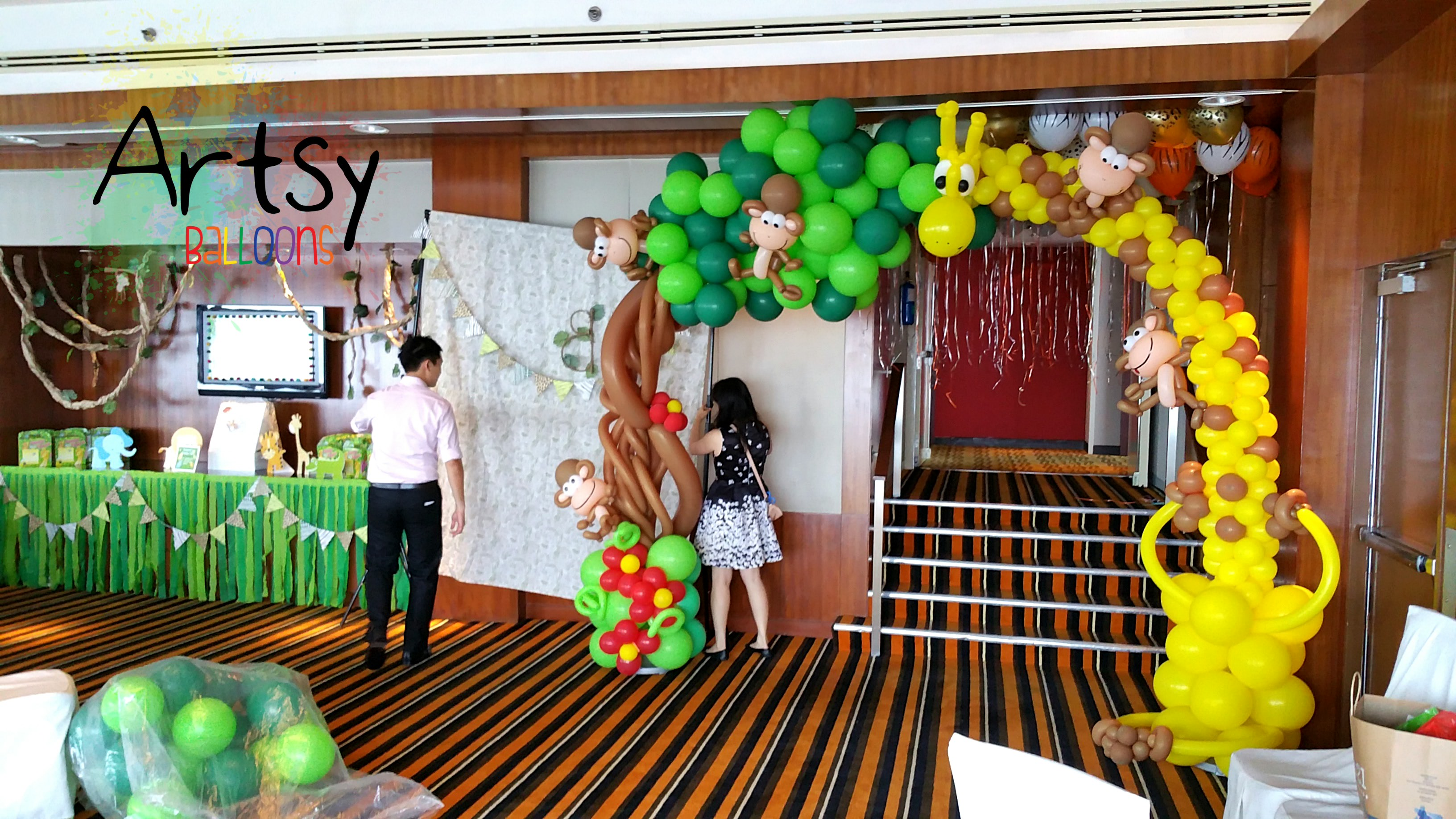 Safari theme party with animal balloon arch backdrop and for Animal party decoration ideas