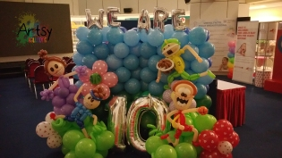 We are 10 balloon backdrop with 4 human sculptures (3)