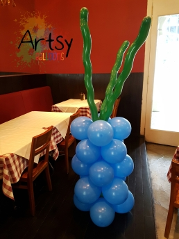 underwater themed balloon columns with seaweed
