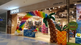 Balloon Arch for Crocs Hawaii fruits and rainbow sun theme