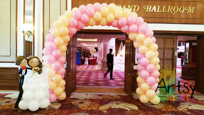 balloon-wedding-couple-with-arch