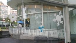 Balloon snow flake balloon decoration pasted on glass panel