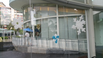 Balloon snow flake balloon decoration pasted on glass panel
