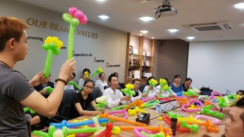 Balloon sculpting for Paradise group Singapore (10)