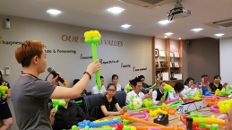 Balloon sculpting for Paradise group Singapore (4)