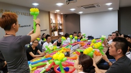 Balloon sculpting for Paradise group Singapore (7)