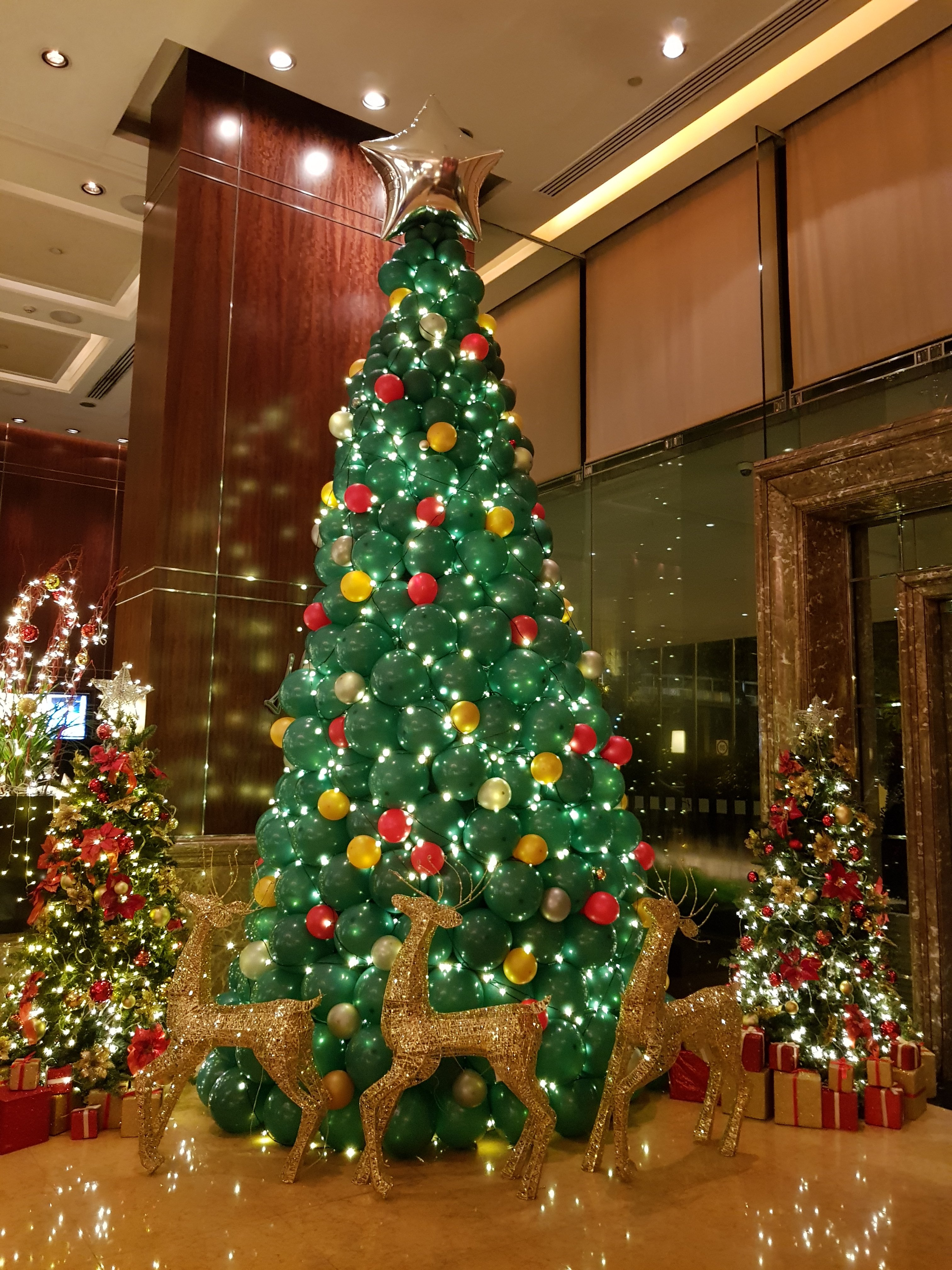 , Christmas Balloon decorations for holiday Inn Singapore Orchard!, Singapore Balloon Decoration Services - Balloon Workshop and Balloon Sculpting