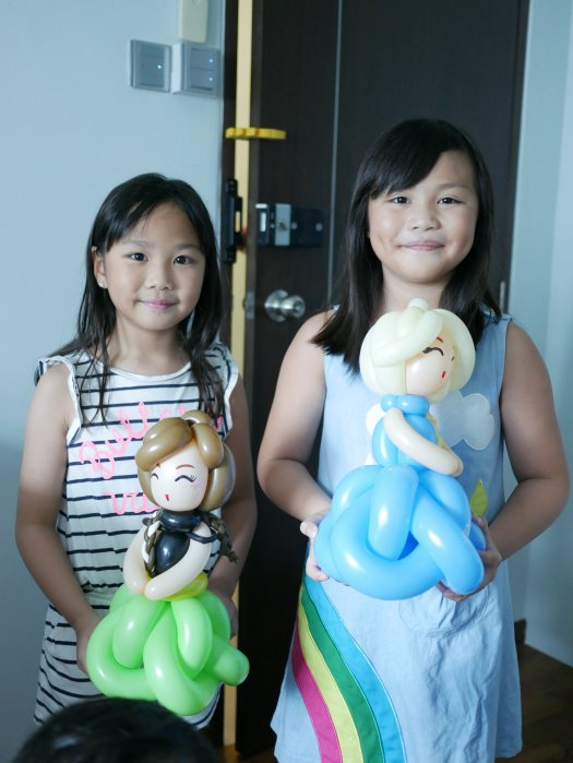 Frozen Elsa and Anna balloon sculpture
