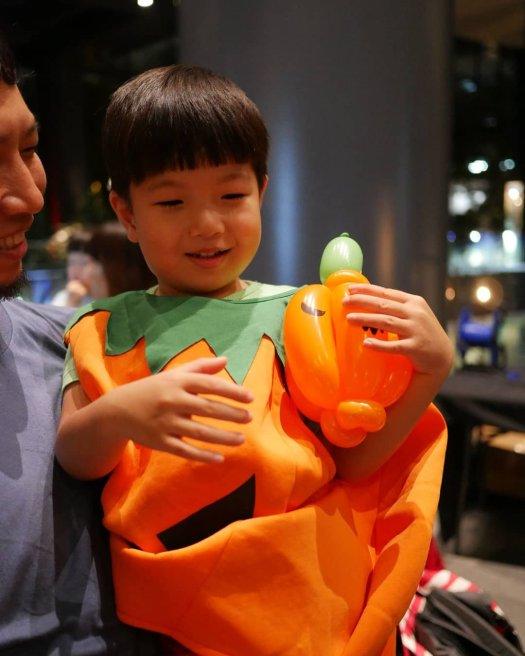Halloween balloon sculpting by Artsyballoons